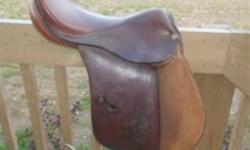 17'' COUNTRY CLUB MEDIUM WIDTH ALL PURPOSE ENGLISH SADDLE FOR SALE IN EXCELLENT CONDITION, HARDLY USED