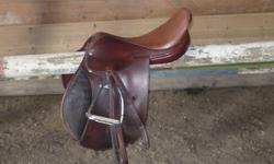 This saddle is an excellent starter saddle or show saddle. Havana color Soft leather Beautiful swede knee rolls Med-narrow gullet Leather is in wonderful condition Billets are in good condition Saddle has a Springtree Made in England. Pictures do not do